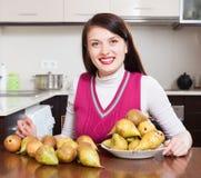 Ευτυχής νοικοκυρά με τα αχλάδια Στοκ εικόνα με δικαίωμα ελεύθερης χρήσης
