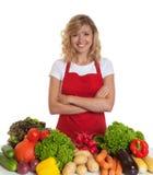 Ευτυχής νοικοκυρά με την κόκκινη ποδιά και τα φρέσκα λαχανικά Στοκ εικόνες με δικαίωμα ελεύθερης χρήσης