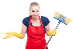 Ευτυχής νοικοκυρά με τη σκούπα που σκουπίζει το σπίτι Στοκ Φωτογραφίες