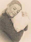 Ευτυχής νυσταλέα εκμετάλλευση γυναικών και αγκάλιασμα του μαξιλαριού Στοκ φωτογραφία με δικαίωμα ελεύθερης χρήσης