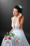 Ευτυχής νύφη που αναδιαρρυθμίζει ένα σκουλαρίκι Στοκ Εικόνες