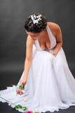 Ευτυχής νύφη που παίρνει τα λουλούδια Στοκ Φωτογραφία