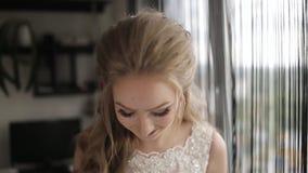 Ευτυχής νύφη που χαμογελά και που περιστρέφει με τη χαρά στο δωμάτιο Νύφη που περιμένει το νεόνυμφο σε ένα δωμάτιο και που χαμογε φιλμ μικρού μήκους