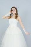 Ευτυχής νύφη στο άσπρο υπόβαθρο χαμόγελο προσώπων Στοκ Εικόνες