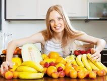 Ευτυχής ξανθή γυναίκα με το σωρό των φρούτων Στοκ Φωτογραφίες