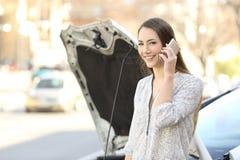 Ευτυχής οδηγός που καλεί την ασφάλεια και που εξετάζει σας Στοκ εικόνες με δικαίωμα ελεύθερης χρήσης