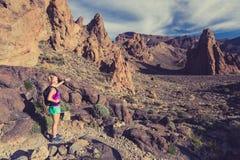 Ευτυχής οδοιπόρος κοριτσιών που περπατά στην πορεία βουνών, backpacker περιπέτεια στοκ εικόνες