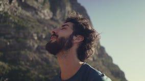 Ευτυχής οδοιπόρος που κοιτάζει μακριά ενάντια στον ουρανό απόθεμα βίντεο