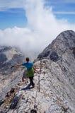 Ευτυχής οδοιπόρος σε μια κορυφογραμμή βουνών στοκ φωτογραφίες