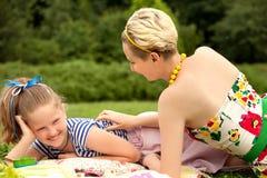 Ευτυχής οικογένεια. Ένα νέο παιχνίδι μητέρων και κορών Στοκ εικόνα με δικαίωμα ελεύθερης χρήσης