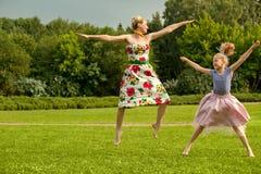 Ευτυχής οικογένεια. Ένα νέο παιχνίδι μητέρων και κορών Στοκ εικόνες με δικαίωμα ελεύθερης χρήσης