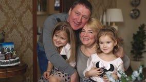 Ευτυχής οικογένεια, ανώτερα παιδιά ενηλίκων, παππούδες και γιαγιάδες απόθεμα βίντεο