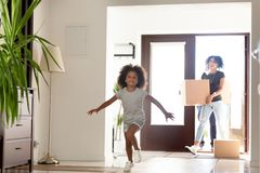 Ευτυχής οικογένεια αφροαμερικάνων με τα κουτιά από χαρτόνι στο νέο σπ στοκ φωτογραφία με δικαίωμα ελεύθερης χρήσης