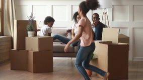 Ευτυχής οικογένεια αφροαμερικάνων με τα παιδιά στην κίνηση της έννοιας ημέρας απόθεμα βίντεο