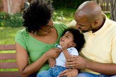 Ευτυχής οικογένεια αφροαμερικάνων με το μωρό τους Στοκ φωτογραφίες με δικαίωμα ελεύθερης χρήσης
