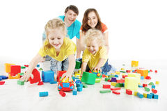 Ευτυχής οικογένεια. Γονείς με δύο παιδιά που παίζουν τους φραγμούς παιχνιδιών στοκ φωτογραφίες