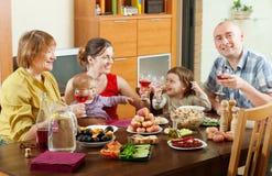 Ευτυχής οικογένεια γύρω από τον εορταστικό πίνακα Στοκ εικόνες με δικαίωμα ελεύθερης χρήσης