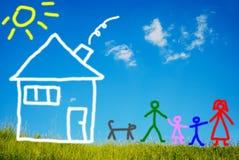Ευτυχής οικογένεια και το κατοικίδιο ζώο τους μπροστά από το σπίτι, πόνος Στοκ Εικόνες