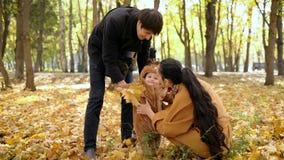 Ευτυχής οικογένεια κατά την διάρκεια των διακοπών φθινοπώρου στα ξύλα απόθεμα βίντεο