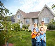 Ευτυχής οικογένεια κοντά στο καινούργιο σπίτι. Στοκ Εικόνες
