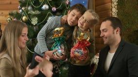 Ευτυχής οικογένεια κοντά στο χριστουγεννιάτικο δέντρο απόθεμα βίντεο