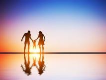 Ευτυχής οικογένεια μαζί, γονείς και το παιδί τους Στοκ Φωτογραφία