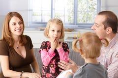 Ευτυχής οικογένεια μαζί στο σπίτι Στοκ Εικόνες