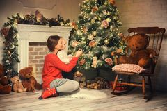 Ευτυχής οικογένεια μεταξύ των διακοσμήσεων Χριστουγέννων στο σπίτι Στοκ φωτογραφία με δικαίωμα ελεύθερης χρήσης