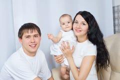 Ευτυχής οικογένεια με ένα μωρό στοκ φωτογραφίες με δικαίωμα ελεύθερης χρήσης