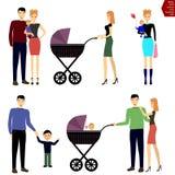 Ευτυχής οικογένεια με ένα παιδί, μια μητέρα, έναν πατέρα και ένα μωρό στον περίπατο Στοκ Εικόνα