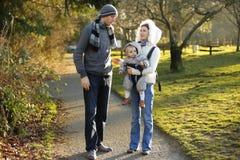 Ευτυχής οικογένεια με λίγη έξοδο παιδιών στο πάρκο φθινοπώρου στοκ φωτογραφία με δικαίωμα ελεύθερης χρήσης