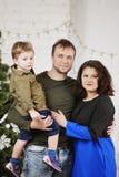 Ευτυχής οικογένεια με ενάντια στη διακόσμηση του χριστουγεννιάτικου δέντρου στοκ φωτογραφίες με δικαίωμα ελεύθερης χρήσης