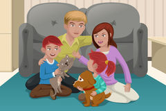 Ευτυχής οικογένεια με τα κατοικίδια ζώα Στοκ Φωτογραφίες