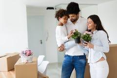 Ευτυχής οικογένεια με τα κουτιά από χαρτόνι Στοκ εικόνα με δικαίωμα ελεύθερης χρήσης