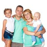 Ευτυχής οικογένεια με τα μικρά παιδιά Στοκ φωτογραφία με δικαίωμα ελεύθερης χρήσης