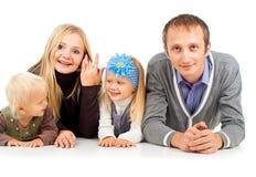 Ευτυχής οικογένεια με τα μικρά παιδιά στοκ εικόνα με δικαίωμα ελεύθερης χρήσης