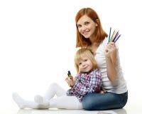 Ευτυχής οικογένεια με τα μολύβια χρώματος. Στοκ Εικόνα