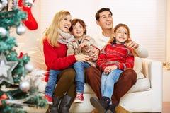 Ευτυχής οικογένεια με τα παιδιά στη Παραμονή Χριστουγέννων στοκ φωτογραφία