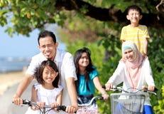 Ευτυχής οικογένεια με τα ποδήλατα Στοκ Εικόνες
