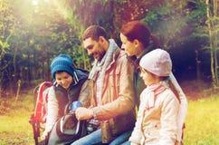 Ευτυχής οικογένεια με τα σακίδια πλάτης και τα thermos στο στρατόπεδο Στοκ εικόνα με δικαίωμα ελεύθερης χρήσης