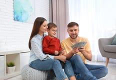 Ευτυχής οικογένεια με τα χρήματα Οικονομικός σχεδιασμός στοκ εικόνα με δικαίωμα ελεύθερης χρήσης