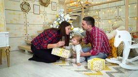 Ευτυχής οικογένεια με τα Χριστούγεννα εορτασμού κορών μικρών παιδιών στο σπίτι φιλμ μικρού μήκους