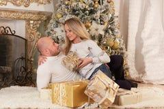 Ευτυχής οικογένεια με τα δώρα Χριστουγέννων στοκ φωτογραφία με δικαίωμα ελεύθερης χρήσης