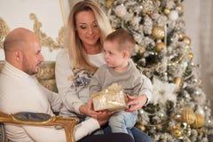 Ευτυχής οικογένεια με τα δώρα Χριστουγέννων στοκ εικόνα με δικαίωμα ελεύθερης χρήσης