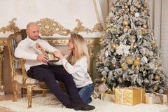 Ευτυχής οικογένεια με τα δώρα Χριστουγέννων στοκ εικόνες
