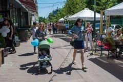 Ευτυχής οικογένεια με τα baloons στην οδό κατά τη διάρκεια της ημέρας προστασίας παιδιών Στοκ φωτογραφία με δικαίωμα ελεύθερης χρήσης