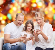 Ευτυχής οικογένεια με τα smartphones Στοκ Εικόνες
