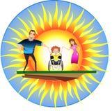 Ευτυχής οικογένεια με το με ειδικές ανάγκες παιδί στις αναπηρικές καρέκλες μπροστά από τον ήλιο στοκ εικόνα