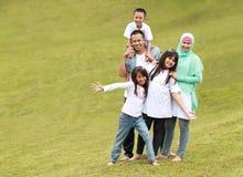 Ευτυχής οικογένεια με τρία παιδιά στοκ εικόνες
