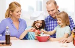 Ευτυχής οικογένεια με δύο παιδιά που κάνουν το γεύμα στο σπίτι Στοκ φωτογραφίες με δικαίωμα ελεύθερης χρήσης